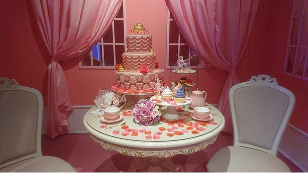 よく見るとケーキの中に…!