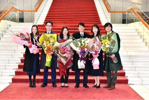 クランクアップし、花束を手に笑顔で記念撮影に応じるキャストたち