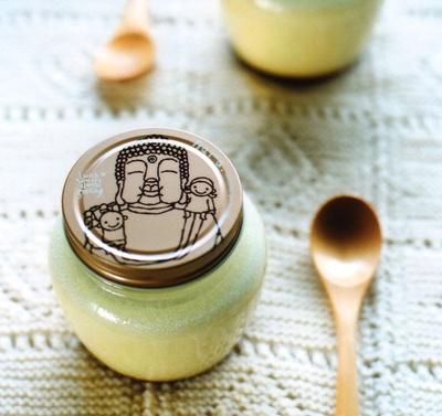 奈良県観光みやげもの大賞を受賞した「まほろば大仏プリン(小) 大和茶」(378円)は、特産の大和茶の新芽をたっぷり使用。ビタミンCやカテキンが豊富なヘルシーなプリンだ