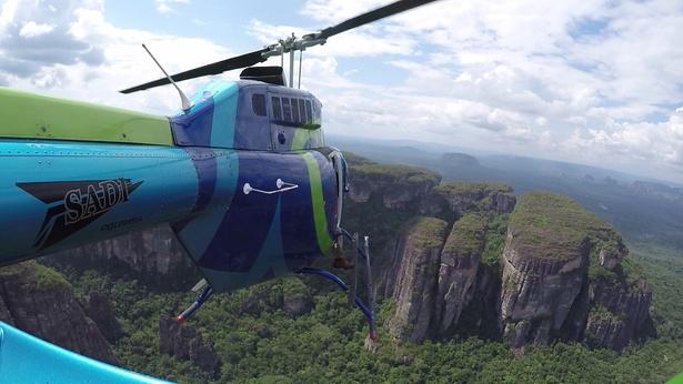 テーブルマウンテンはあまりにも急峻で登山ルートもないため、撮影隊はヘリコプターで移動