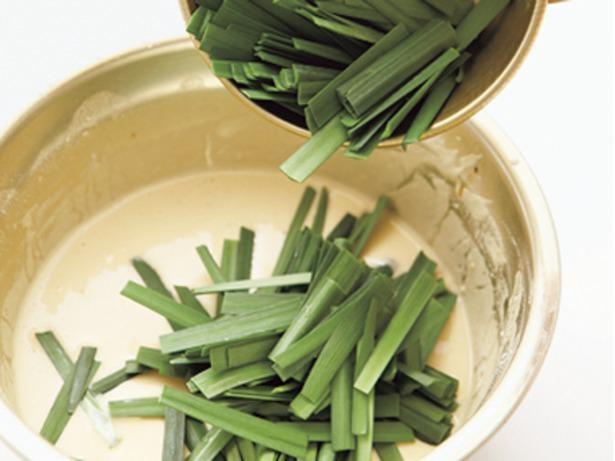 生地の材料をしっかり混ぜ合わせてから野菜などの具を入れていく。生地に上新粉を入れるのは仕上がりをパリッとさせるため