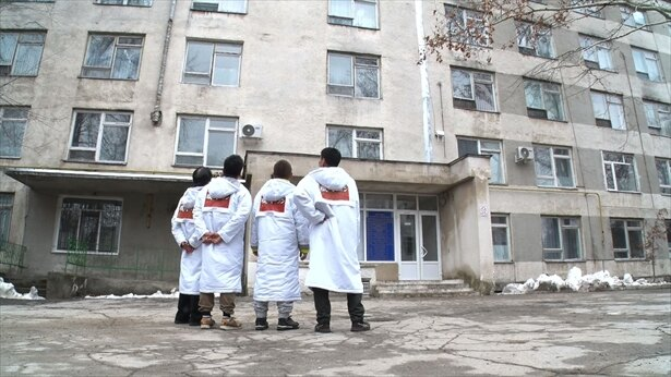 【写真を見る】モルドバにある今にも崩れそうな施設を職人が大修理!