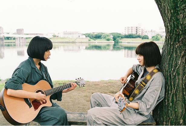 ハル役の門脇麦(左)とレオ役の小松菜奈(右)
