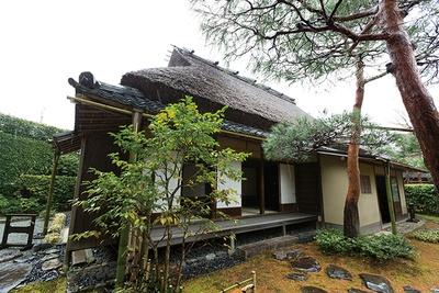 田舎家風建築の野趣と雅やかな意匠とが融合する「一条恵観山荘」の茶屋