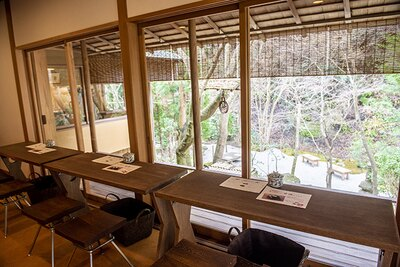 【写真を見る】川のせせらぎが心地よい喫茶室「かふぇ楊梅(やまもも)亭((LO15:30)」。自然を眺めながらくつろげる