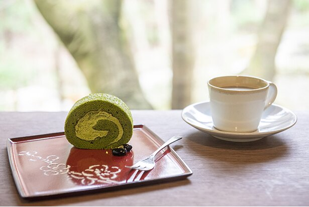 「かふぇ楊梅亭」では、小町通りの「パティスリー 雪乃下」監修の宇治抹茶のロールケーキ(600円)などとともに休憩できる