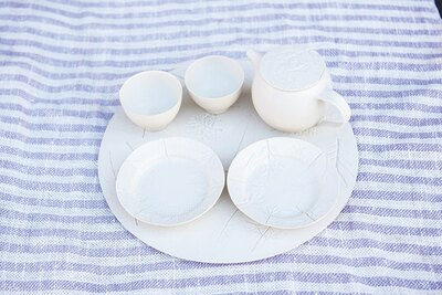 2019年3月21日(祝)〜31日(日)は、若手陶芸家・角井理愛氏「tsunoi rie 陶器展」を開催。陶磁器にハーブや野草で模様をつけた繊細さとぬくもり を感じる作品が特徴