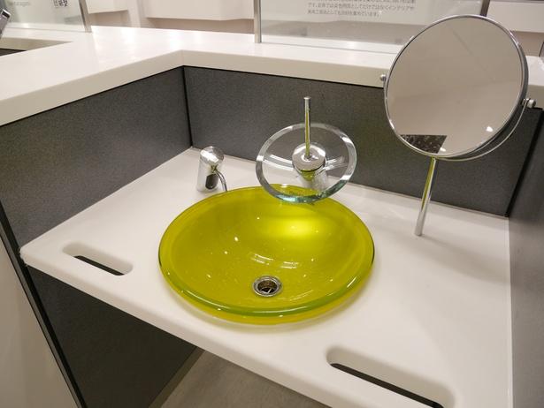 女性用の洗面台には小さな鏡が