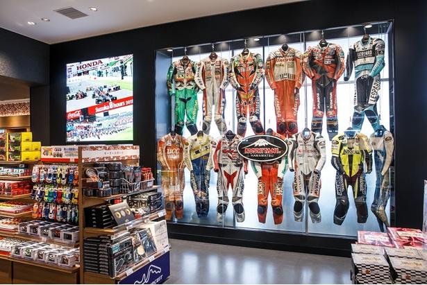 「鈴鹿サーキット」など、車関係グッズなどが勢ぞろい。クシタニ製ライダースーツも展示されている