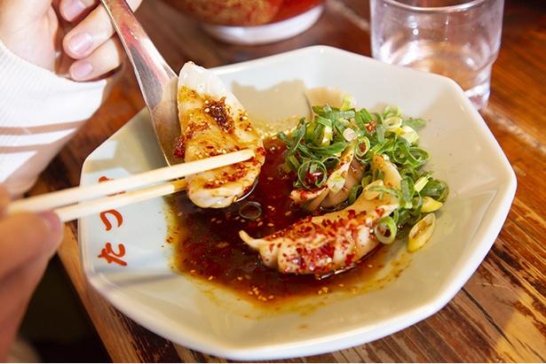 麻辣水餃子4個260円。自家製ラー油を中心に唐辛子や花椒 (ホアジャオ)などを配合した辛ダレを使用した一品