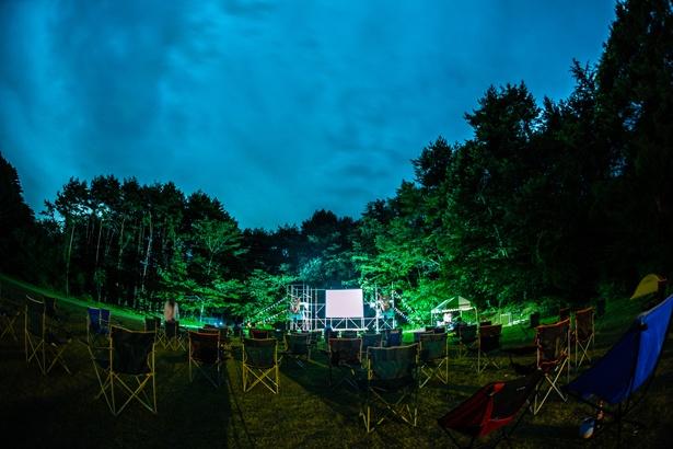 """【画像を見る】森の中での野外上映が幻想的…""""非日常感""""あふれる湖畔の映画祭<画像26点>"""