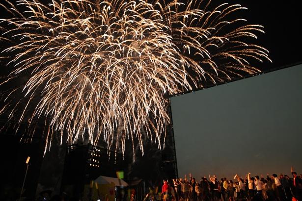 巨大スクリーン真横で花火がドカン!「島ぜんぶでおーきな祭 第11回沖縄国際映画祭」が今年もやってくる!