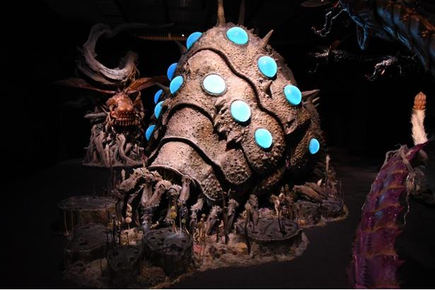 【写真を見る】展示スペースの中央にたたずむ「王蟲」。細部までこだわって作られていて、今にも動き出しそうなほどリアル!