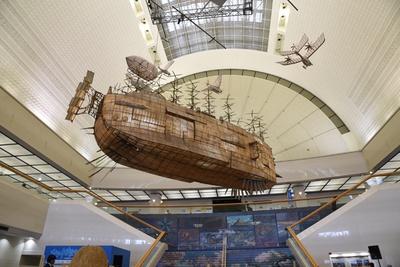 エントランスでひときわ目を引く空を飛ぶ巨大な船