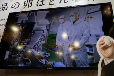 液晶画面に映し出された工場見学の様子