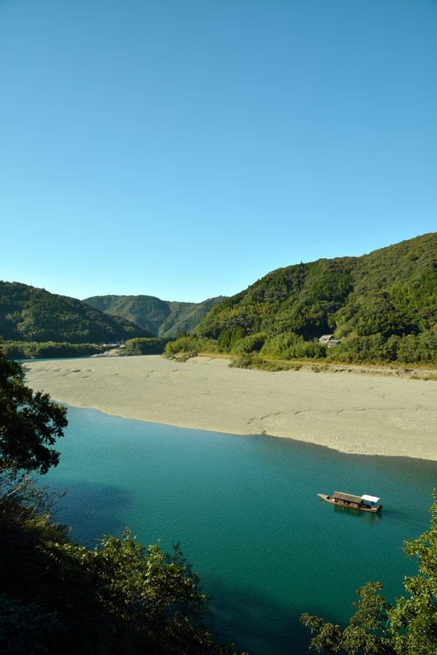 【写真を見る】美しいブルーの川は、季節によって青色から緑色に色を変える