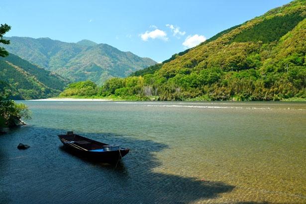 新緑や四季折々の風景も楽しめる「屋形船」