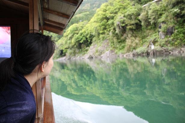 舟の窓から手を伸ばすと、水面に触れられる距離