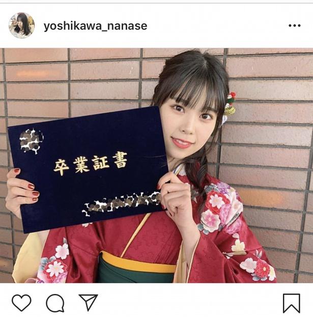 【写真を見る】吉川七瀬が卒業証書を手に「大学を卒業しました」と報告