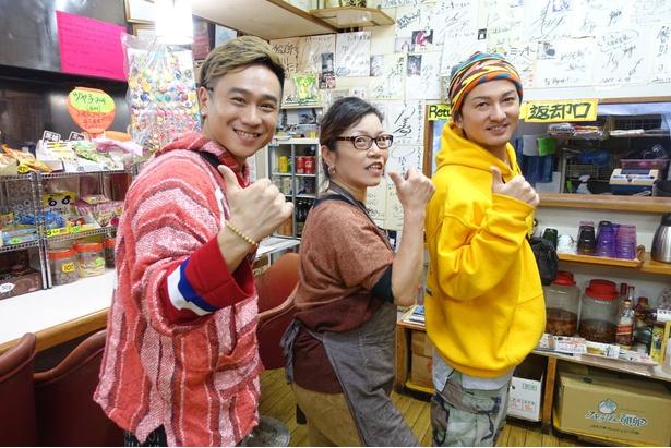 【写真を見る】沖縄市ナイトメイヤーの顔を持つISSAが夜遊びのルールを掲げて、地元のディープスポットへ