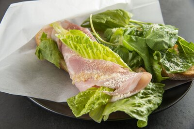 ライ麦入りパンには、パルメザンチーズとオリーブオイルで味つけした野菜がたっぷり。「カスクート シーザーサラダ」(650円)