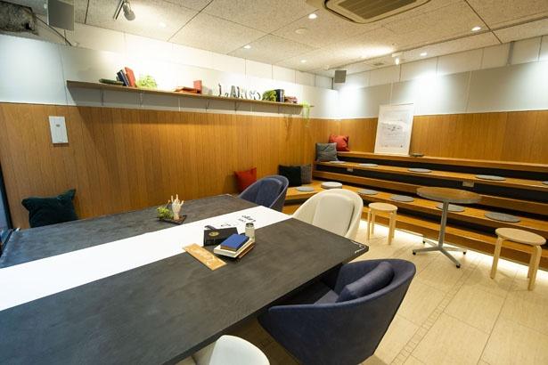 ベンチやテーブルなどさまざまな席が設けられる