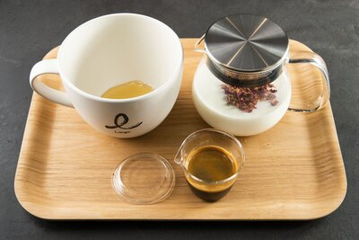 ハチミツ入りのカップにエスプレッソと花の香りのミルクを注ぐ「ハニーミルクボウル インフュージョン」(750円)