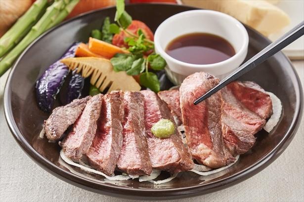 【写真を見る】「国産牛赤身ステーキ 彩り野菜と筍のグリル」(1699円)