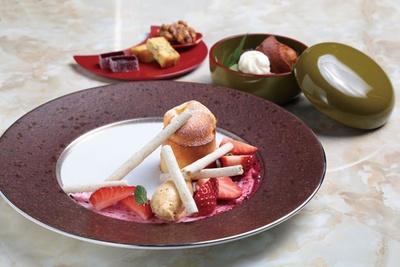 デザートコース(全4品・2000円)。3月のメインは早春をイメージした、イチゴとフォンダンチーズケーキ