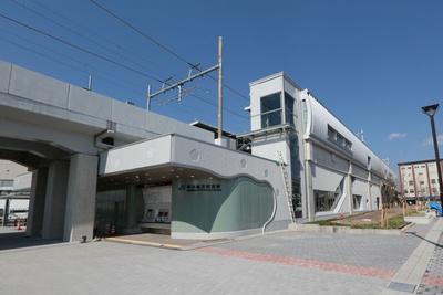 京都鉄道博物館のすぐ北側。京都の町並みの格子や梅柄が表現されている
