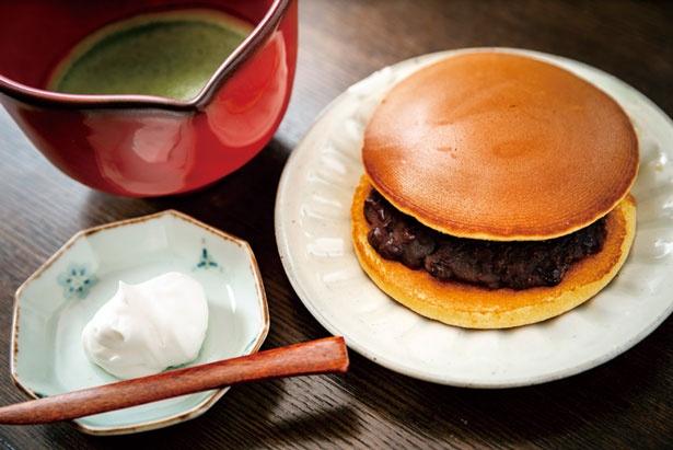 【写真を見る】どらやきセット(710円ドリンク付き)、写真は「山政小山園」の抹茶を使ったおうす/どらやき 亥ノメ