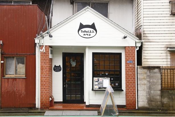 住宅街の路地に佇むカフェ。ネコのロゴが目印