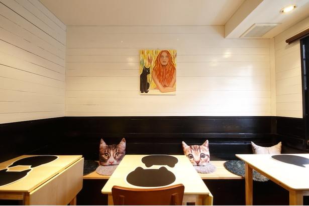 ランチクロスもクッションも壁にかかった絵も、ぜーんぶネコ!