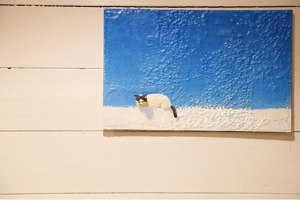 ブルーが印象的な絵画。店の一番奥の席の壁に飾られている