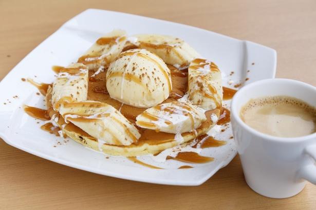 「パンケーキ キャラメルバナナ シナモン風味」(800円)。スイーツは全品、プラス250円でコーヒーか紅茶をセットにできる