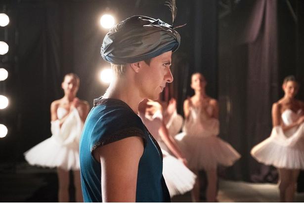 「ハリーポッター」シリーズのヴォルデモート役でおなじみレイフ・ファインズが伝説的ダンサーを描く『ホワイト・クロウ 伝説のダンサー』の予告映像が公開