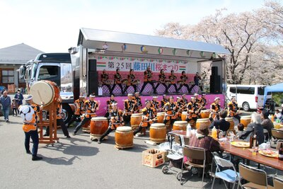 【写真を見る】桜まつりではさまざまな催しが。地元の人々による演目も