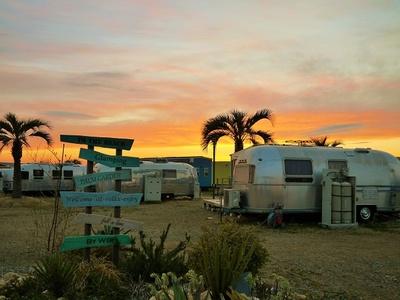 夕焼けに染まるパームガーデン舞洲。トレーラーハウスが並ぶ光景は思わず写真に収めたくなる