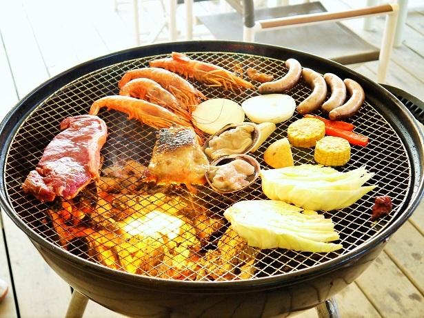 内覧会では「肉3種&シーフードBBQコース」(3800円)を実食