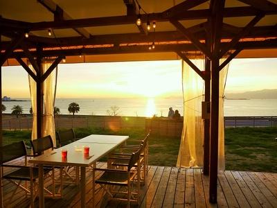 夕日が映えるバーベキューデッキSEA SIDE TERRACE。記念写真に最適
