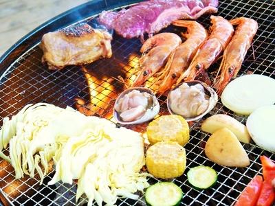 お肉、海鮮、野菜と全て味わえて大満足の「肉3種&シーフードBBQコース」(3800円)