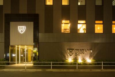 桜通沿いに立つホテルは、地下街「ユニモール」U10出口からすぐ。飲食店も多いということでビジネス客にも人気