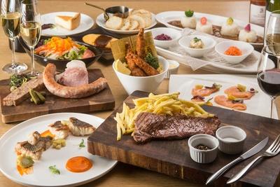 【写真を見る】こだわりの料理のラインナップは多彩で、世界各国のお酒にもマッチ