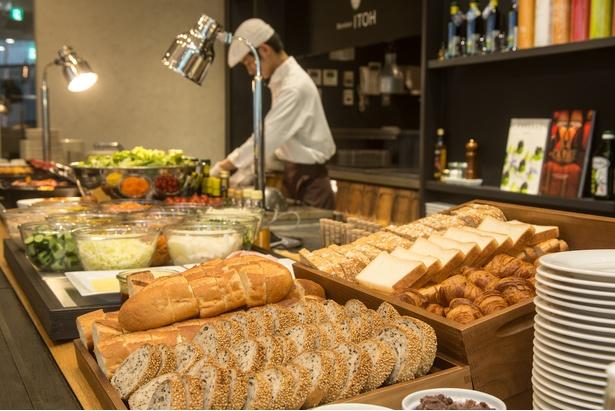 クロワッサンなど5種類が揃うパンの奥にはたっぷりの野菜が並ぶ。1日のスタートをヘルシーに