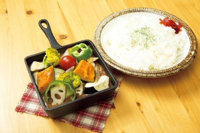 地元産の野菜がたっぷり入った「ゴロゴロ野菜の焼きカレー」(900円) / 道の駅 豊根 グリーンポート宮嶋