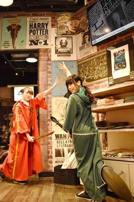 【写真を見る】2000円以上の買い物をした方には、魔法界のスポーツ・クィデッチのユニフォームを着て写真を撮れるサービスも