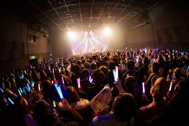 【写真を見る】会場の心斎橋BIGCATは女性ファンも多数で満員御礼!