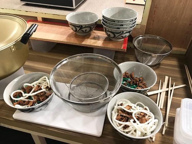 屋台の裏には、鍋などの小道具も置かれているので要チェック!