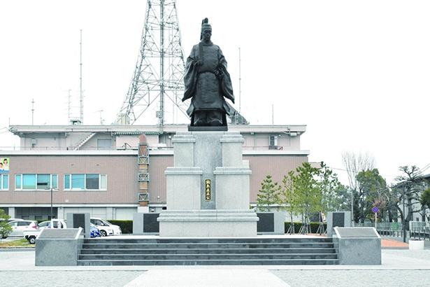 「鍋島直正公銅像」。佐賀県立佐賀城本丸歴史館の北側にある広場に立つ