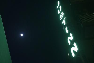 """""""簡易宿泊施設""""דコインランドリー""""× """"コーヒースタンド&バー""""の新施設「JUST INN」"""